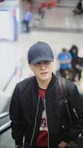 靳東走機場,夾克搭件紅色衛衣帥氣了許多